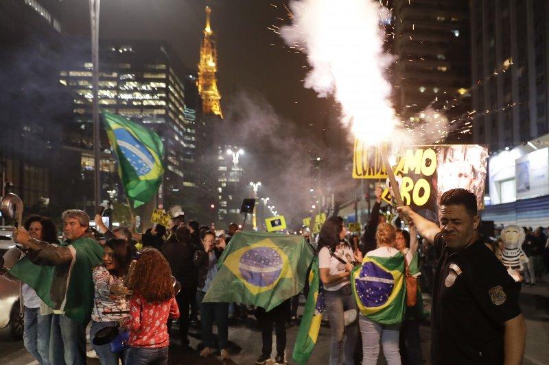 反魯拉的巴西民眾得知魯拉被判罪後,開心慶祝(AP)