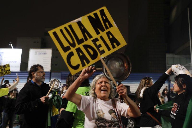 反魯拉的巴西民眾得知魯拉被判罪後,歡天喜地(AP)