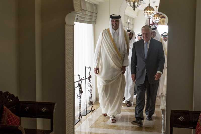 美國國務卿提勒森與卡達元首。(美聯社)