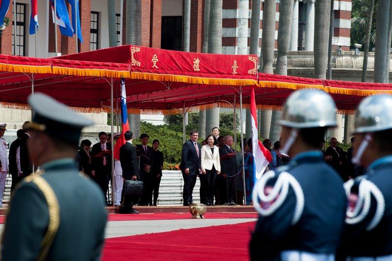 總統主持「軍禮歡迎巴拉圭共和國卡提斯總統儀式」(總統府提供)