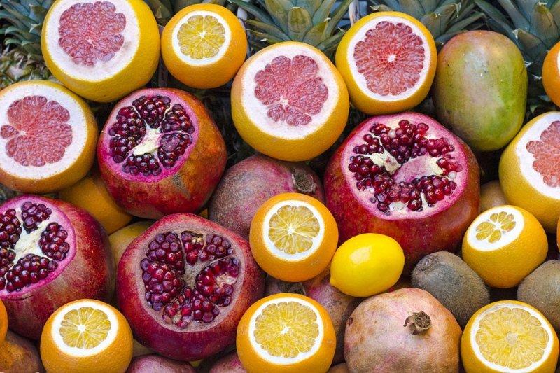 檸檬、柑橘、葡萄柚、胡蘿蔔、芹菜、柚子都會使肌膚出現光敏感現象。(圖/Free-Photos@pixabay)