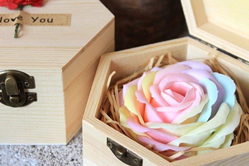 艾美喜帖‧婚禮提供多樣化的婚禮周邊商品供新人選擇,圖為六角木盒香皂花,可愛又實用。(圖片來源:艾美喜帖‧婚禮官網)