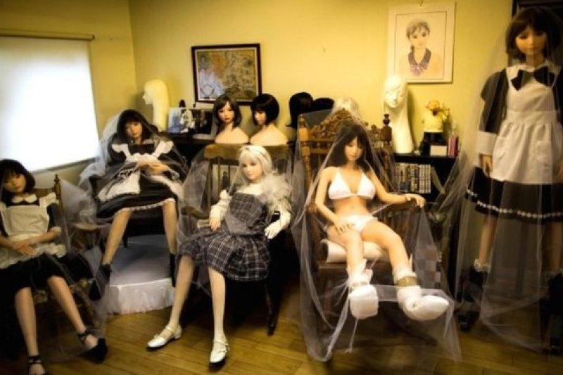 根據市場的內行人,日本市場每年售出大約2000個硅膠娃娃,價格約6000美元。這些充氣娃娃有著靈活的手指,可拆卸的頭以及逼真的造型。(BBC中文網)