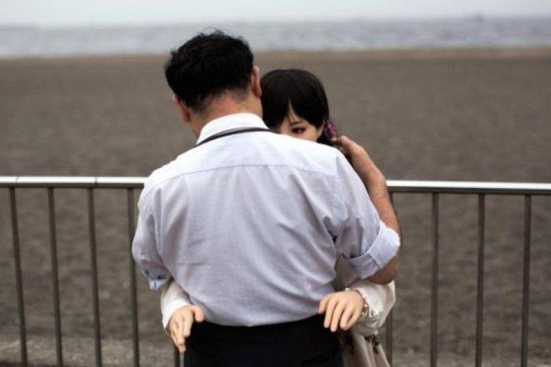 Masuuki Ozaki在東京灣散步時,與他的硅膠娃娃Mayu親熱擁抱。(BBC中文網)