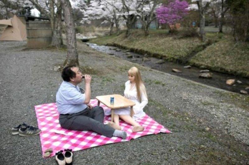Jepang, bonekaAFP 日本山梨縣,62歲的Senji Nakajima在4月櫻花盛開的季節帶著硅膠娃娃外出野餐郊遊。他認為他找到真愛,而且把玩偶當成真人一樣看待。他說:「我不會出軌,也不會嫖妓,因為我已經把她當成人看待。」(BBC中文網)