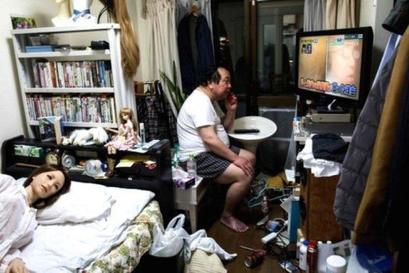 62歲的Senji Nakajima正在打電話聊天,而他的「妻子」Saori躺在牀上睡覺。(BBC中文網)