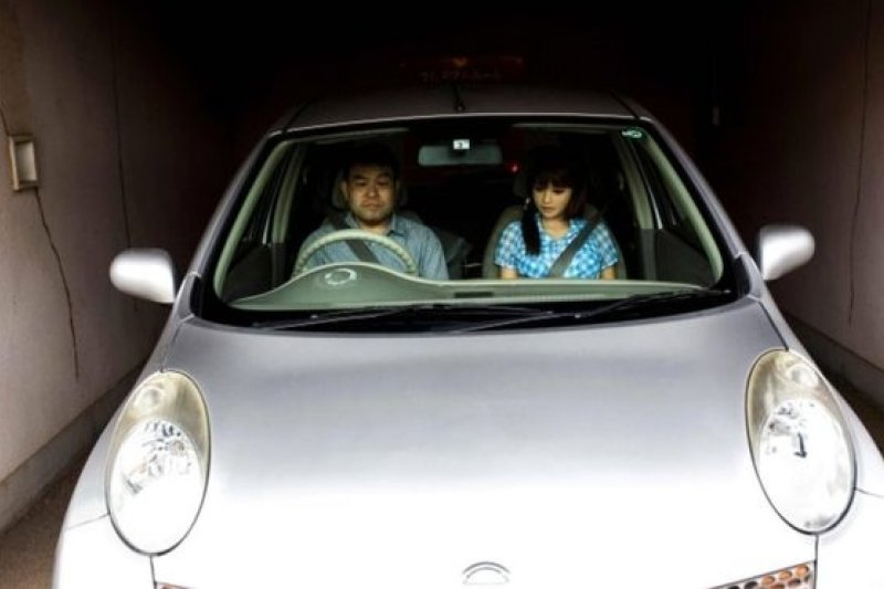 Jepang, bonekaAFP Masayuki Ozaki開車與「妻子」Mayu離開飯店,一同返家,繼續過他們的小日子。(BBC中文網)