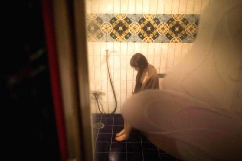 在日本千葉縣八街,理療師Masayuki Ozaki在一家旅店和自己的硅膠娃娃Mayu一起洗澡。(BBC中文網)