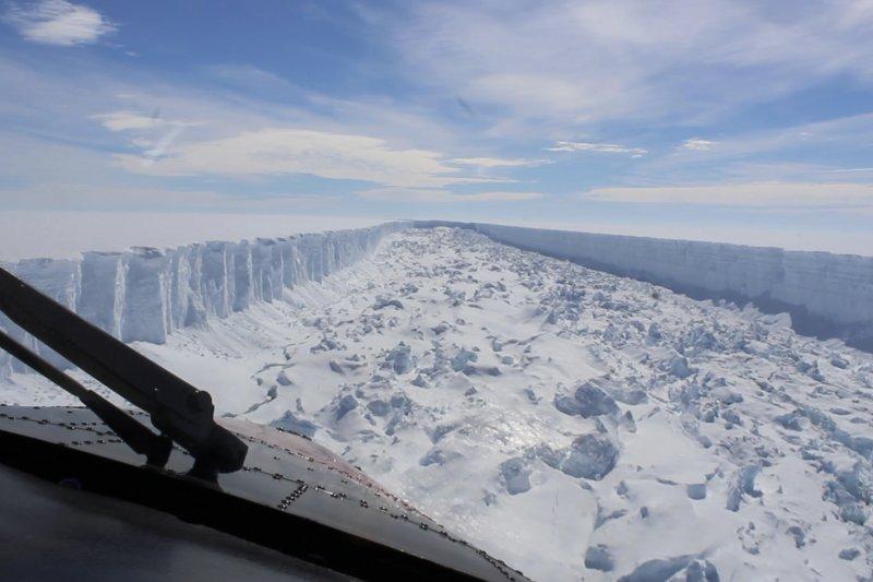 南極洲的「拉森C冰棚」(Larsen C ice shelf)的巨大裂縫,後來造成史上最大的冰山之一(AP)