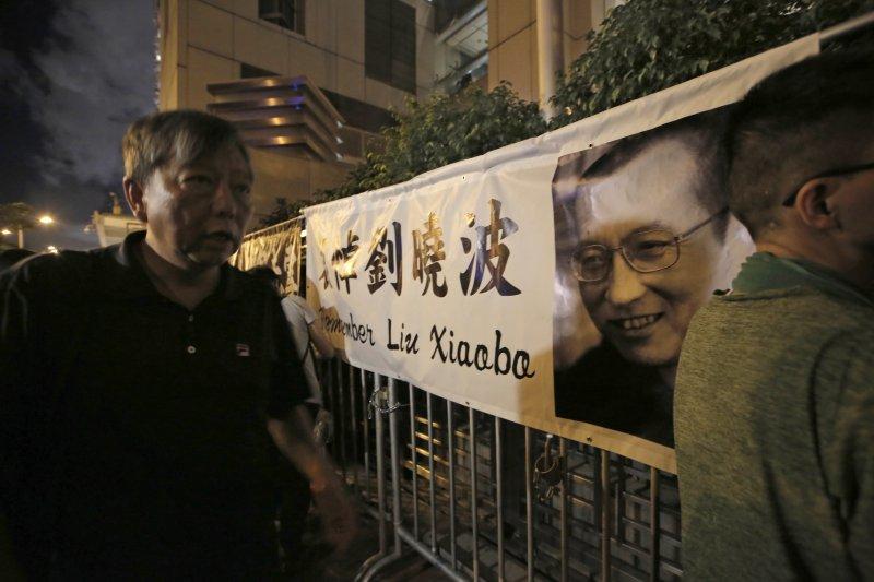 香港民眾聲援中國諾貝爾和平獎得主、《零八憲章》起草人劉曉波。(美聯社)