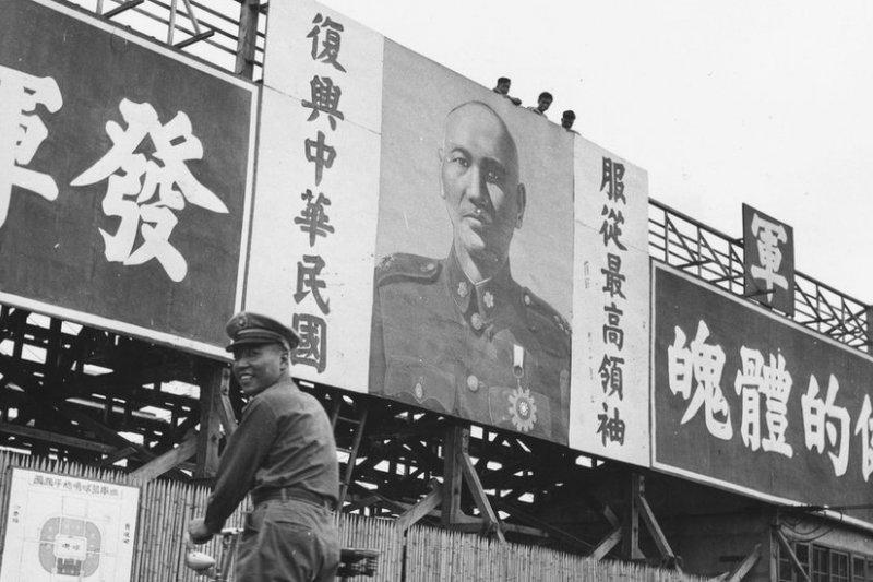 戒嚴令讓台灣38年來處於軍事緊急狀態中。在台灣過去尊稱為「蔣公」的蔣介石領導下,「反攻大陸」的概念深入人心。