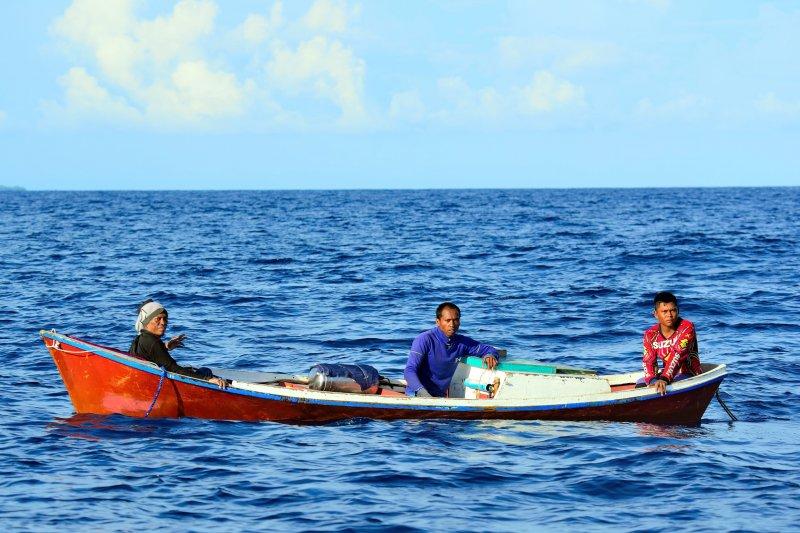擔任海巡工作,常會遇到不同國家的漁民。(圖/大是文化提供)