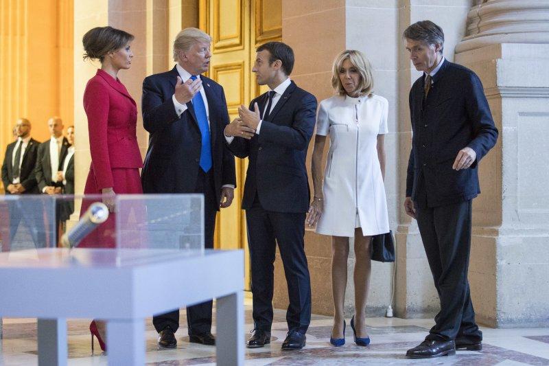 法國總統馬克宏(中)與妻子布莉基特(右二)陪同川普夫婦(左一、左二)參觀軍事博物館「傷兵院」(AP)