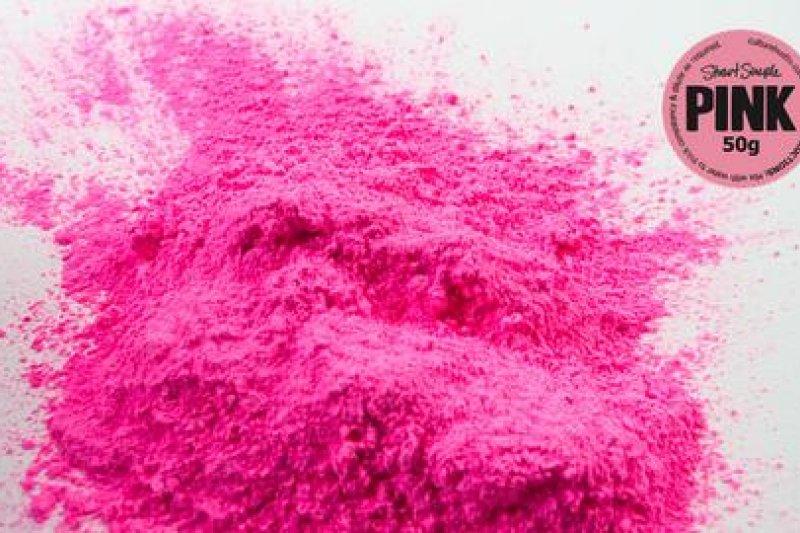 全世界最粉紅的粉紅「PINK」,由藝術家史都華.桑普(Stuart Semple)發明販售,以反擊最黑的黑色顏料被壟斷的行為。(圖/取自Stuart Semple官網)
