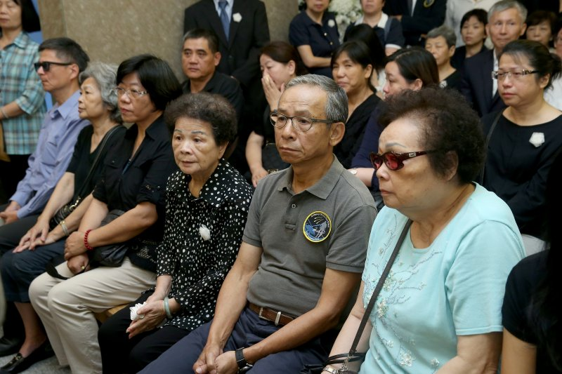 齊柏林告別式。導演吳念真(右二)。(台北市攝影記者聯誼會提供)
