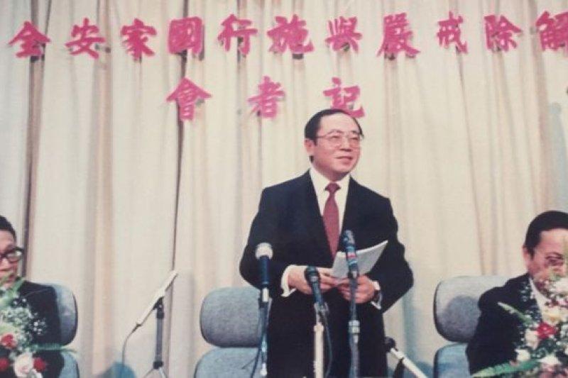 1987年7月14日,時任新聞局長邵玉銘宣布解嚴(BBC中文網)