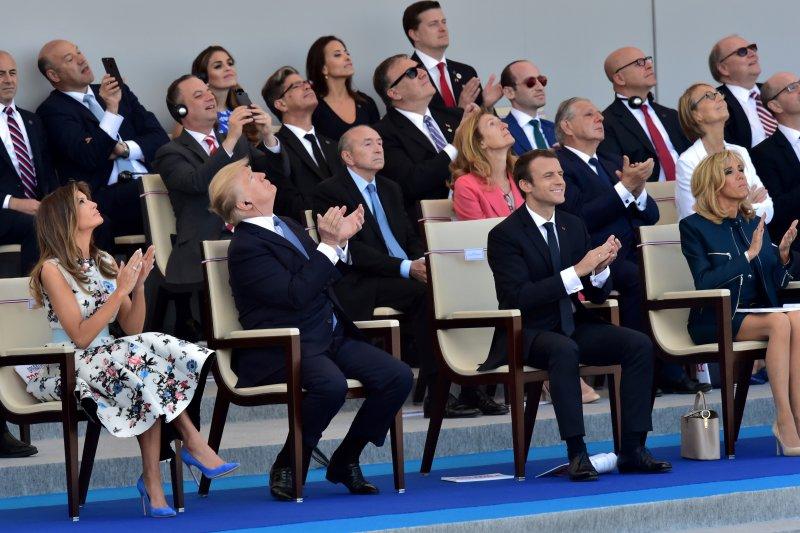 美國總統川普十分專注地看著法國國慶的閱兵典禮(AP)