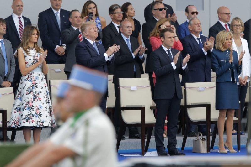 美國總統川普熱愛閱兵式,他在14日的法國國慶閱兵典禮上不時站起來拍手(AP)