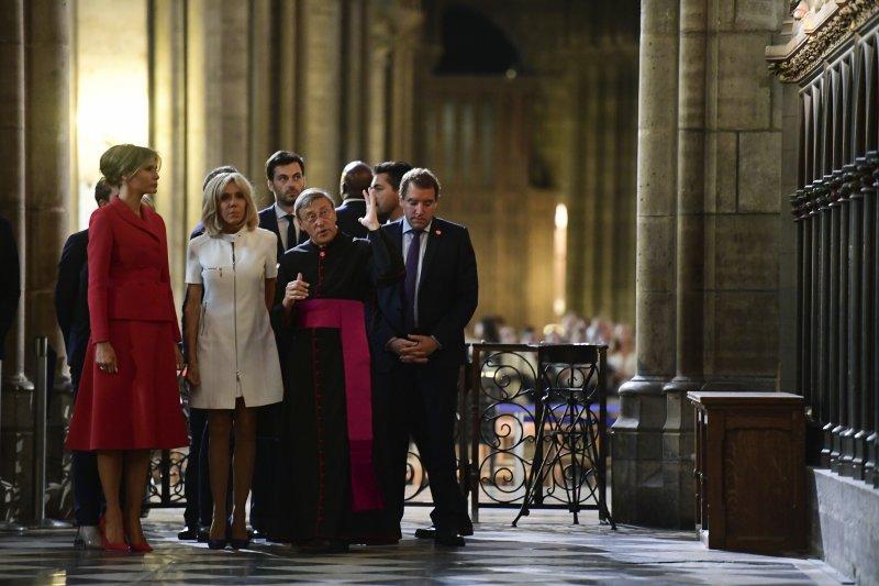 法國第一夫人布莉姬特(左二)盡地主之誼,陪同美國第一夫人梅蘭妮亞(左)參觀巴黎聖母院(AP)