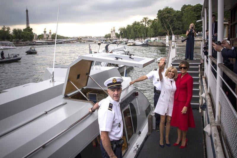 法國第一夫人布莉姬特(右二)盡地主之誼,陪同美國第一夫人梅蘭妮亞(右一)搭船同遊塞納河(AP)
