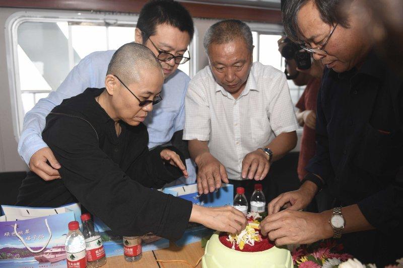諾貝爾和平獎得主、中國民主人權運動領袖劉曉波的遺體15日清晨火化後,骨灰已於中午撒入大海,左為他的遺孀劉霞。(AP)