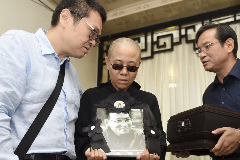 2017年7月15日清晨,諾貝爾和平獎得主、中國民主人權運動領袖劉曉波的遺體在瀋陽渾南區殯儀館火化,中為劉曉波遺孀劉霞。(AP)