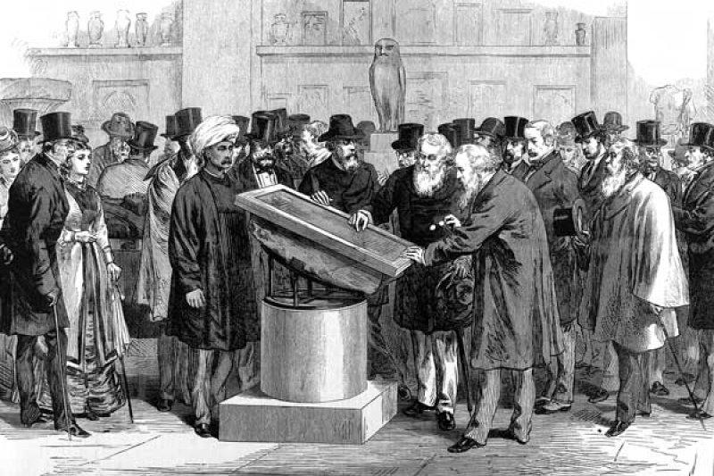 一眾專家在倫敦舉行的第一次國際東方學代表大會上考察羅塞塔石碑。(Illustrated London News@wikipedia/Public Domain)