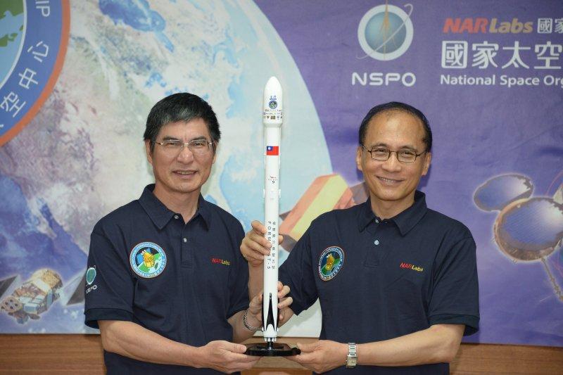 行政院長林全接受科技部長陳良基致贈福衛五號衛星與火箭模型。(圖取自行政院官網)