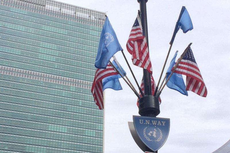 聯合國紐約總部:聯合國與美國旗幟(簡恒宇攝)