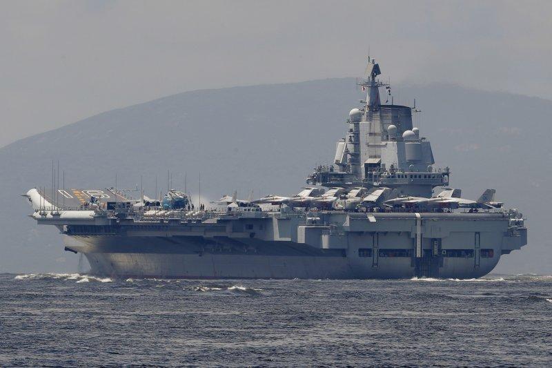 中國第一艘航母「遼寧艦」7月7日駛抵香港,參加香港回歸中國暨解放軍進駐香港20周年活動。(AP)