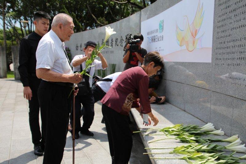 白色恐怖受在者在凱達格蘭大道白色恐怖紀念碑廣場以鮮花向亡靈致意。(文化部提供)