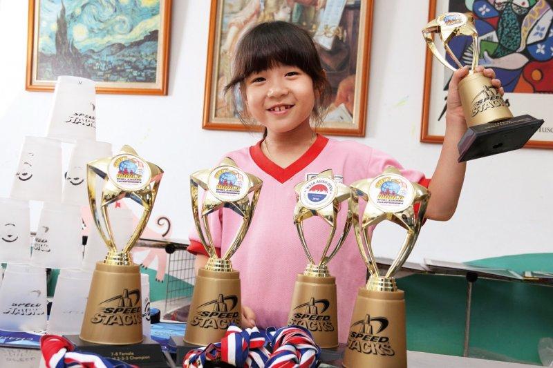 疊杯在美國可是正規的體育課程,競技疊杯運動可以培養孩子的專注力與反應力。(圖/未來family提供)