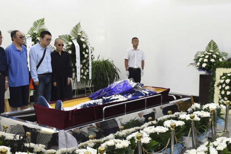 劉曉波的親人在劉曉波遺體告別儀式上(瀋陽市政府)
