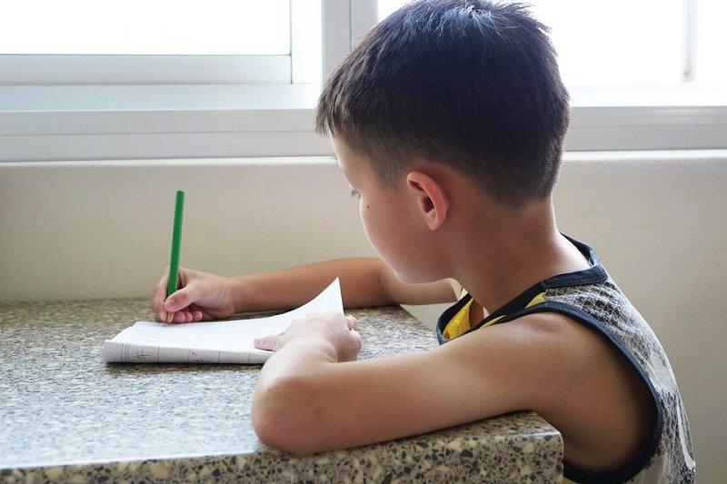 對於每個孩子的學習差異,家長請以包容的心看待,而非處處跟其他人比較。(示意圖/Pixabay)