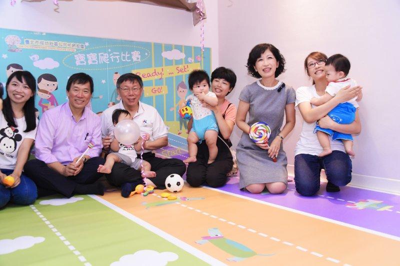 台北市長柯文哲(左二)表示,將朝居家褓母、社區公共褓母、托嬰中心3方向持續努力打造台北友善托育環境。(台北市政府提供)