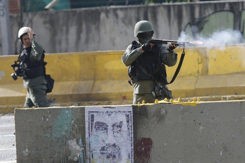 委內瑞拉幾乎每天都有街頭示威,總統馬杜洛則派軍武力鎮壓(AP)