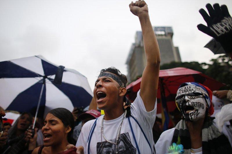委內瑞拉幾乎每天都有街頭示威,要求總統馬杜洛下台(AP)