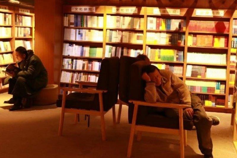 新華書店內有許多休息的民眾。(截圖自網路)