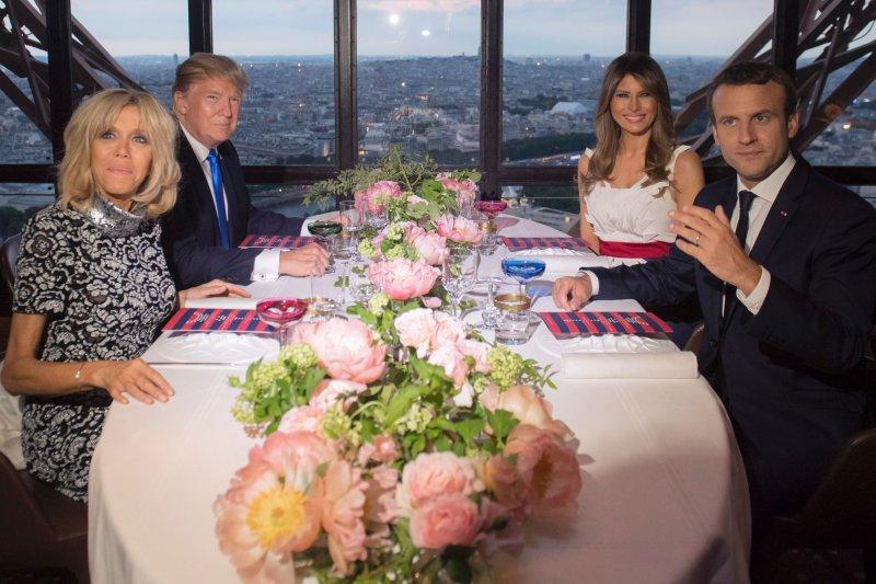 法國總統馬克宏夫婦與美國總統川普夫婦在巴黎 Jules Verne 餐廳合影。(圖/Cathy Ho提供)