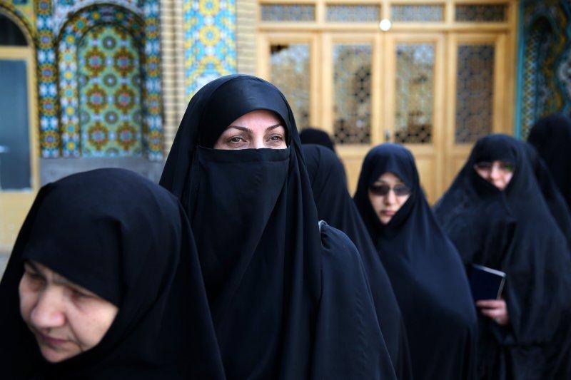 伊朗革命後,伊朗婦女被強制要求戴上頭巾,穿上罩袍,與1979年的自由開放風氣截然不同。(AP)