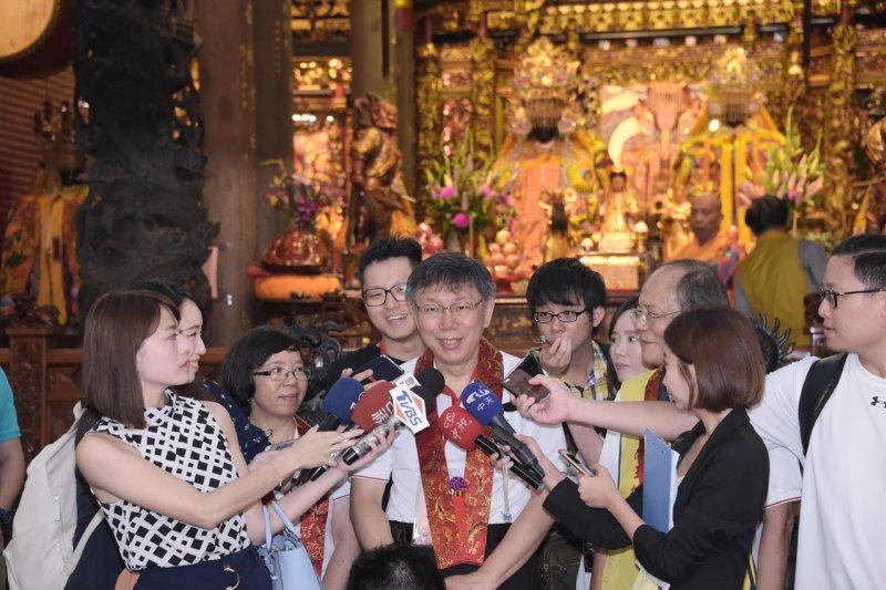 台北市長柯文哲19日一大清早到關渡宮祈求希望世大運順利成功,並發願要吃素1個月。(北市府提供)