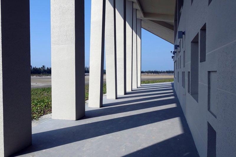 七股遊客中心走純白水泥風設計,獨特的線條,不管從哪個角度取景都有不同的感覺。(圖/石 少@flickr)
