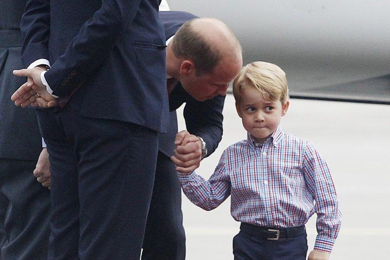 英國皇室喬治小王子首度出訪波蘭,表現有點害羞。(美聯社)