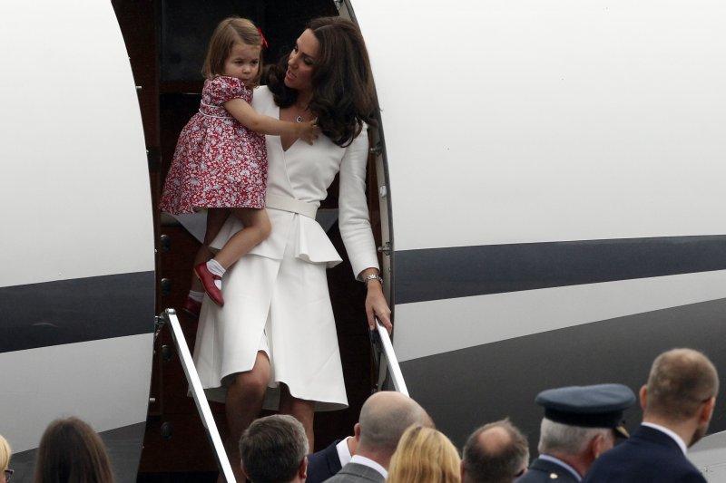 英國小公主夏綠蒂與凱特王妃。(美聯社)