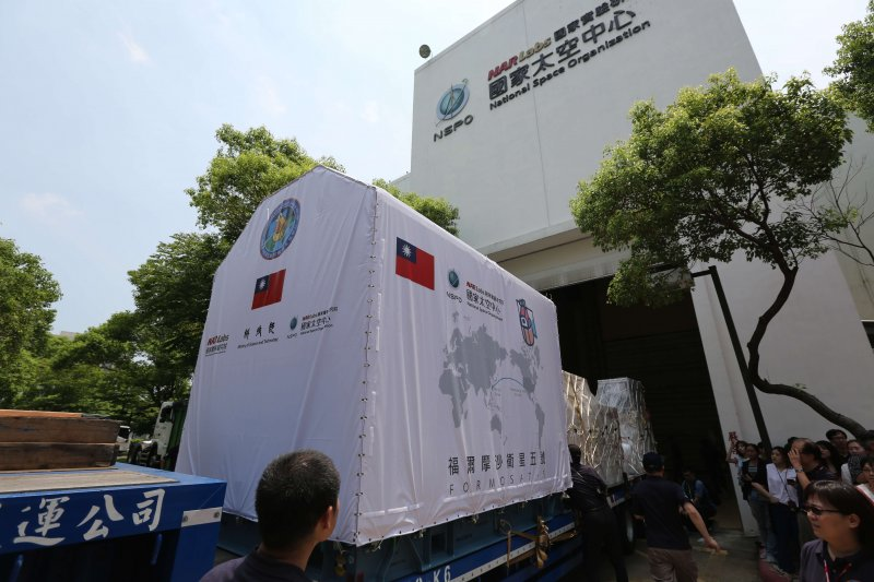 「福衛五號」於19日上午從竹科國研院太空中心啟程載往桃園國際機場。(圖/國研院太空中心提供)