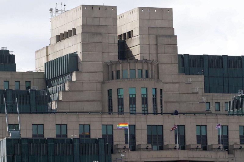 英國軍情六處(MI6)在同志驕傲遊行當天升起彩虹旗(翻攝網路)