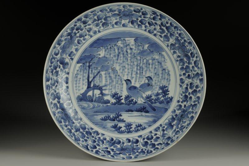 故宮博物院向日本大阪市立東洋陶瓷美術館借展的藝品、全名為「青花柳葉鳥紋盤」,正在故宮南院展出,疑似滑落受損。(國立故宮博物院)
