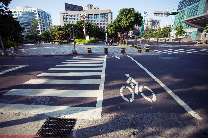 近年夏季高溫屢創新高,如果不適時作好防護措施又大量流汗,就可能造成脫水。(圖/Bike Crossing@flickr)
