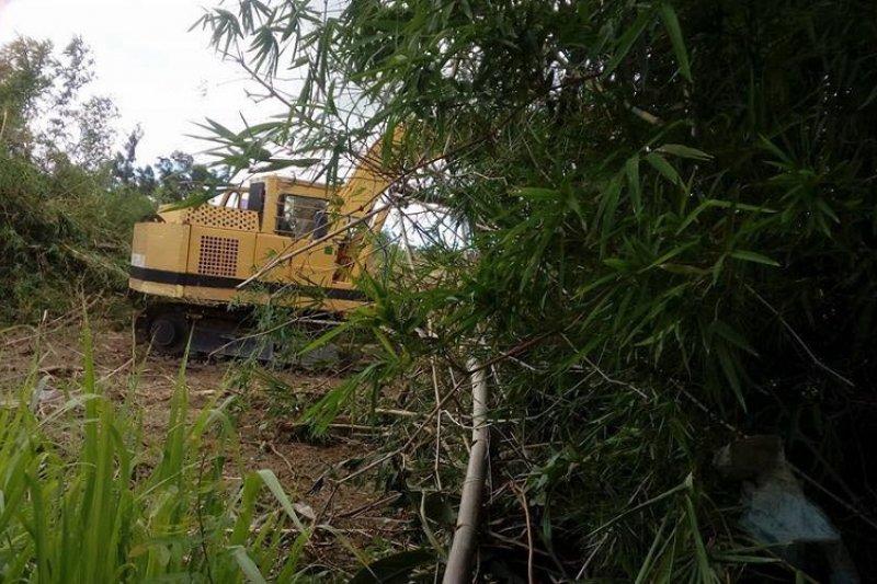 正在拆除竹塹的怪手。(張洧齊提供)