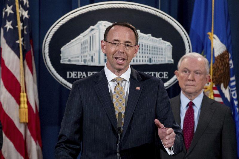 美國司法部副部長羅森斯坦(Rod Rosenstein,左)與部長賽辛斯(Jeff Sessions)(AP)